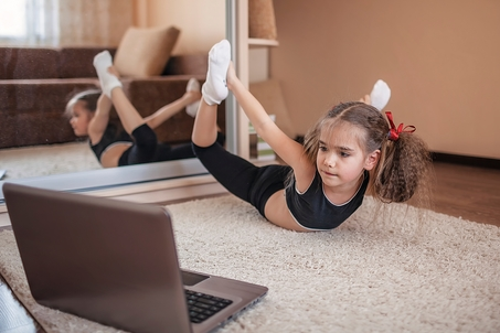 Enfant devant un cours de yoga